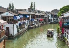 游人乘小船做行程 免版税库存照片