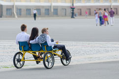 游人乘驾三轮车在圣彼德堡 免版税库存图片