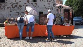 游人买从一家商店的纪念品正方形的 影视素材