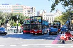 游人享受公共汽车旅行-巴塞罗那,西班牙 免版税库存图片