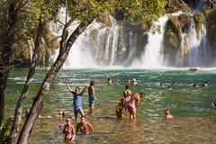 游人享受浴在Krka瀑布,克罗地亚 免版税图库摄影