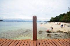 游人享受Sapi海岛秀丽沙巴的 免版税库存图片