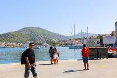 游人享用在巡航旅行在希腊海岛 免版税图库摄影