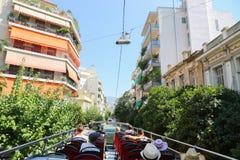 游人享用在开放公共汽车-雅典,希腊 图库摄影