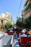 游人享用在开放公共汽车-雅典,希腊 库存图片