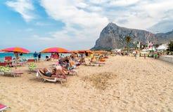 游人享用著名圣维托洛卡波海滩的,意大利地中海 库存图片