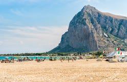 游人享用著名圣维托洛卡波海滩的,意大利地中海 免版税库存图片
