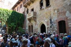 游人人群在朱丽叶的房子下阳台的  E 图库摄影