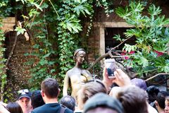 游人人群在朱丽叶的房子下阳台的  E 库存照片