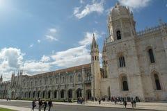 游人人群在Jeronimos修道院前面的在贝拉母 免版税库存照片