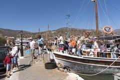 游人从轮渡下船在Eluonda,克利特 库存照片