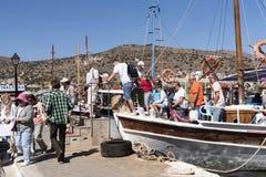 游人从轮渡下船 免版税库存照片