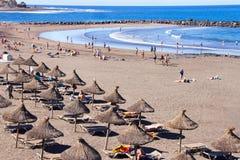 游人休息在沙子海滩。 免版税库存图片