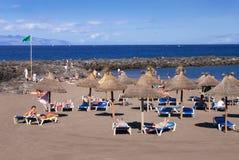 游人休息在沙子海滩。 免版税库存照片