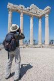 游人做照片阿波罗寺庙古老罗马废墟  免版税图库摄影