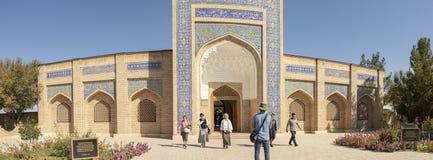 游人全景入口的对Bahouddin Naksh陵墓  图库摄影