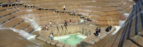 游人全景Watergarden喷泉的在Ft 价值, TX 免版税库存照片