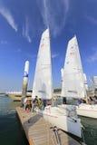 游人准备乘小船到风帆 免版税库存图片