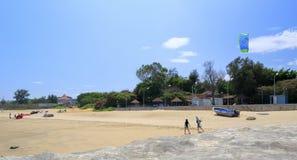 游人准备演奏在海滩的parasail 免版税库存图片