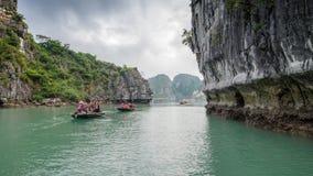 游人划艇通过洞在下龙湾在越南 库存图片