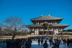 游人去崇拜的了不起的菩萨Todaiji寺庙霍尔在度假在奈良,日本 图库摄影