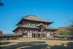 游人去崇拜的了不起的菩萨Todaiji寺庙霍尔在度假在奈良,日本 库存照片