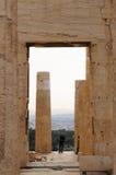 游人参观上城在晚上,雅典,希腊 库存图片