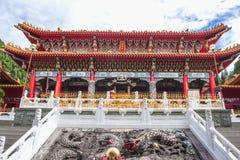 游人参观了美丽日月潭温武庙附近的日月潭 免版税库存照片
