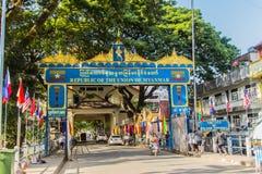 游人参观了Tachileik从Mae Sai,泰国的边界市场 Tachilek或Tha Khi阿尔巴尼亚的货币单位是一个边境城市在eas掸邦  免版税图库摄影