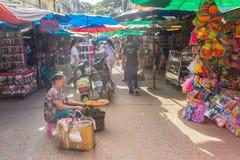 游人参观了Tachileik从Mae Sai,泰国的边界市场 Tachilek或Tha Khi阿尔巴尼亚的货币单位是一个边境城市在eas掸邦  免版税库存照片