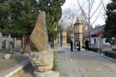 游人参观伟大的ciensi寺庙的佛教坟茔,多孔黏土rgb 免版税库存照片