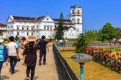 游人参观到阿西西圣法兰西斯教会  免版税图库摄影