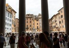 游人参观古老万神殿教会,所有罗马神的罗马一个寺庙, 免版税图库摄影