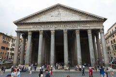 游人参观古老万神殿教会,所有罗马神的罗马一个寺庙, 免版税库存图片