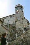游人参观古老瑞士城堡拉珀斯维尔 免版税库存照片
