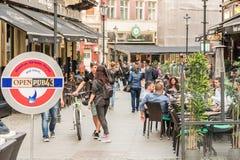 游人参观和吃午餐在室外餐馆咖啡馆街市在布加勒斯特 免版税图库摄影