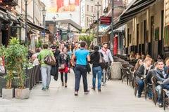 游人参观和吃午餐在室外餐馆咖啡馆街市在布加勒斯特 免版税库存图片