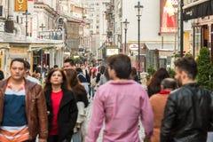 游人参观和吃午餐在室外餐馆咖啡馆街市在布加勒斯特 库存照片