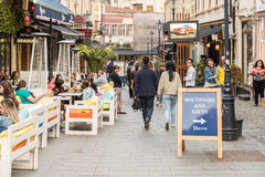 游人参观和吃午餐在室外餐馆咖啡馆街市在布加勒斯特 库存图片