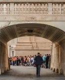 游人参观和看见圣皮特圣徒・彼得大教堂 免版税图库摄影