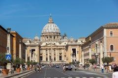 游人参观圣伯多禄` s正方形和圣皮特圣徒・彼得` s大教堂在罗马,梵蒂冈,意大利 库存照片