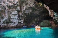 游人参观在凯法利尼亚岛海岛上的Melissani湖 图库摄影