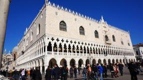 游人参观在圣Marco广场附近的威尼斯江边在威尼斯 库存图片