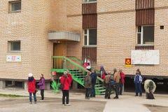 游人参观在被放弃的大厦的纪念品店在离开的俄国北极解决Pyramiden,挪威 免版税库存照片