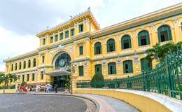 游人参观外部西贡中央邮局建筑学 图库摄影