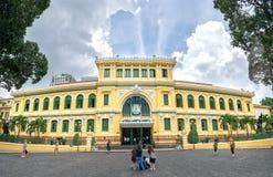 游人参观外部西贡中央邮局建筑学 免版税库存照片