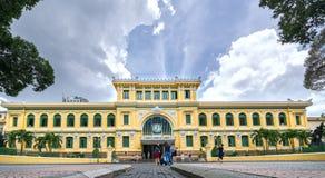 游人参观外部西贡中央邮局建筑学 库存图片