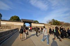游人参观大阪城堡在日本 图库摄影