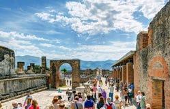 游人参观庞贝城,意大利废墟  图库摄影