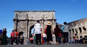 游人参观意大利通过罗马广场在罗马, 免版税图库摄影